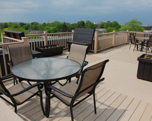 Rooftop terrace furnished with chairs, tables and grill